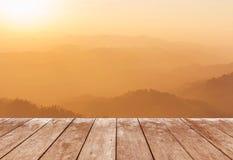 Pavimento di legno del terrazzo del balcone sull'alta montagna tropicale della foresta pluviale di punto di vista di mattina Fotografia Stock