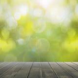 Pavimento di legno e molla verde astratta con il fondo del bokeh Fotografie Stock Libere da Diritti