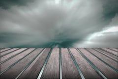 Pavimento di legno e nuvola che si muovono nel fondo Fotografie Stock