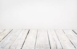 Pavimento di legno, vecchia plancia di legno, interno bianco della sala riunioni Immagine Stock
