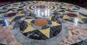 Pavimento di marmo dentro la chiesa del sangue rovesciato, st Petersbu fotografia stock libera da diritti