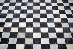Pavimento di marmo a quadretti antico, mattonelle in bianco e nero fotografie stock