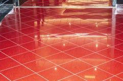 Pavimento di marmo rosso brillante nell ingresso di lusso dell