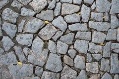 Pavimento di pietra del ciottolo sul marciapiede Fotografia Stock