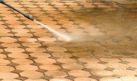 Pavimento di pulizia del blocco in calcestruzzo Fotografie Stock