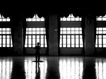 Pavimento di pulizia del portiere in bianco e nero immagini stock libere da diritti