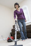 Pavimento di pulizia della donna a casa fotografia stock