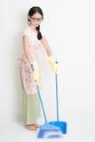 Pavimento di pulizia della donna con la scopa Fotografia Stock