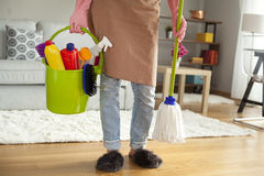 Pavimento di pulizia della giovane donna nella sala Fotografie Stock Libere da Diritti