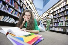 Pavimento di Studying On Library dello studente Immagini Stock