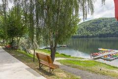 Pavimento en la orilla del lago foto de archivo libre de regalías