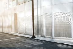 Pavimento exterior e vazio do prédio de escritórios moderno imagens de stock royalty free
