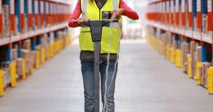 Pavimento femminile del magazzino di pulizia del lavoratore del magazzino stock footage