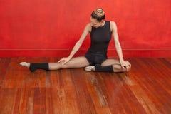 Pavimento femminile di Practicing On Wooden del ballerino di balletto Fotografie Stock Libere da Diritti
