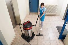 Pavimento femminile di pulizia del portiere Fotografie Stock