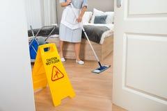 Pavimento femminile di pulizia della domestica Fotografia Stock Libera da Diritti