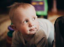 Pavimento grazioso allegro di PlayOn del neonato Fotografia Stock