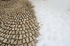 Pavimento innevato del cobblestone Fotografie Stock