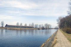 Pavimento a lo largo de un río, otoño Fotografía de archivo