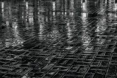 Pavimento mojado en la noche imagenes de archivo