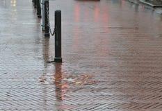 Pavimento mojado en zona peatonal Fotos de archivo