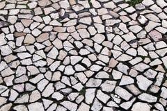 Pavimento pavimentato di una via a Lisbona immagini stock libere da diritti