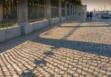 Pavimento pedregoso cerca de un enrejado de un Letniy triste de St Petersburg fotografía de archivo