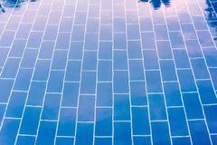 Pavimento piastrellato blu di uno stagno sotto chiara acqua Fotografia Stock