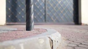Pavimento, piedra de pavimentación, piedra del encintado, puerta del hierro labrado almacen de video