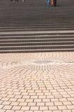 Pavimento que lleva a las escaleras amplias Foto de archivo