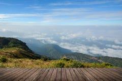 Pavimento scenico del paesaggio e di legno della montagna Immagini Stock Libere da Diritti