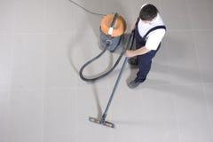 Pavimento Vacuuming con la macchina di pulizia Fotografie Stock