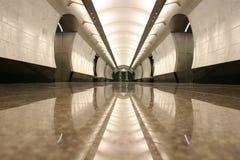 Pavimento vuoto della stazione di metro immagini stock libere da diritti