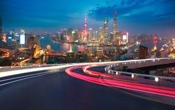 Pavimento vuoto della strada con la vista dell'uccello-occhio all'orizzonte della diga di Shanghai immagine stock