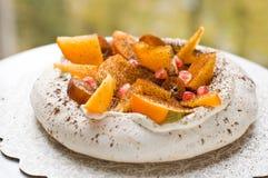 Pavlova蛋糕用异乎寻常的果子 免版税库存图片