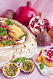 Pavlova με τα θερινά φρούτα Στοκ Φωτογραφίες