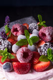 Pavlova με τα φρούτα μούρων Στοκ Φωτογραφία