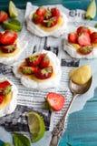 Pavlova φράουλα-ασβέστη Στοκ Φωτογραφίες