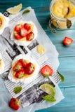 Pavlova φράουλα-ασβέστη Στοκ Εικόνες