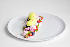Pavlova | Basil Ice Cream | Blåbärmaräng | Jordgubbemarshmallower Royaltyfri Bild