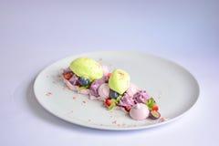 Pavlova | Basil Ice Cream | Blåbärmaräng | Jordgubbemarshmallower Arkivfoto