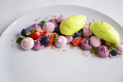 Pavlova | Basil Ice Cream | Merengue del arándano | Melcochas de la fresa imagen de archivo