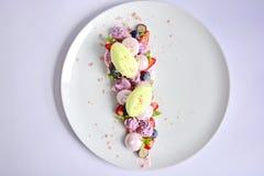 Pavlova | Basil Ice Cream | Merengue del arándano | Melcochas de la fresa Imágenes de archivo libres de regalías