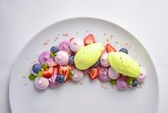 Pavlova | Basil Ice Cream | Merengue del arándano | Melcochas de la fresa Fotos de archivo