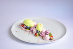 Pavlova | Basil Ice Cream | Merengue del arándano | Melcochas de la fresa Foto de archivo