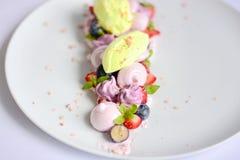 Pavlova | Basil Ice Cream | Merengue del arándano | Melcochas de la fresa Foto de archivo libre de regalías