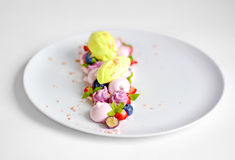 Pavlova | Basil Ice Cream | Meringa del mirtillo | Caramelle gommosa e molle della fragola Fotografia Stock