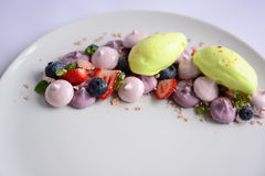 Pavlova | Basil Ice Cream | Meringa del mirtillo | Caramelle gommosa e molle della fragola Fotografie Stock
