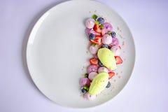 Pavlova | Basil Ice Cream | Meringa del mirtillo | Caramelle gommosa e molle della fragola Immagini Stock Libere da Diritti