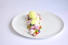 Pavlova | Basil Ice Cream | Meringa del mirtillo | Caramelle gommosa e molle della fragola Fotografie Stock Libere da Diritti